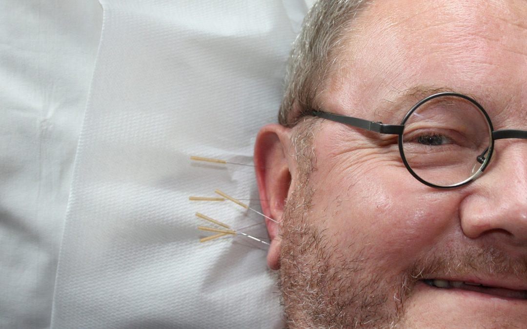 Cómo la acupuntura ayuda a pacientes con dolor crónico